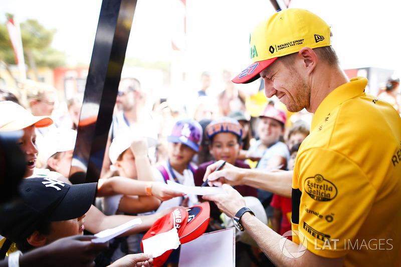 Nico Hulkenberg, Renault Sport F1 Team, firma autografi ai tifosi