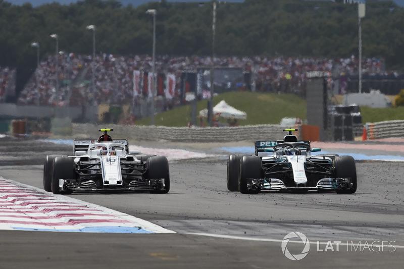 Valtteri Bottas, Mercedes AMG F1 W09, supera Charles Leclerc, Sauber C37