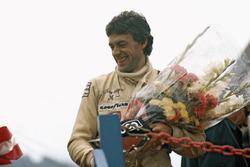 Tom Pryce, UOP Shadow Racing Team, festeggia il terzo posto sul podio