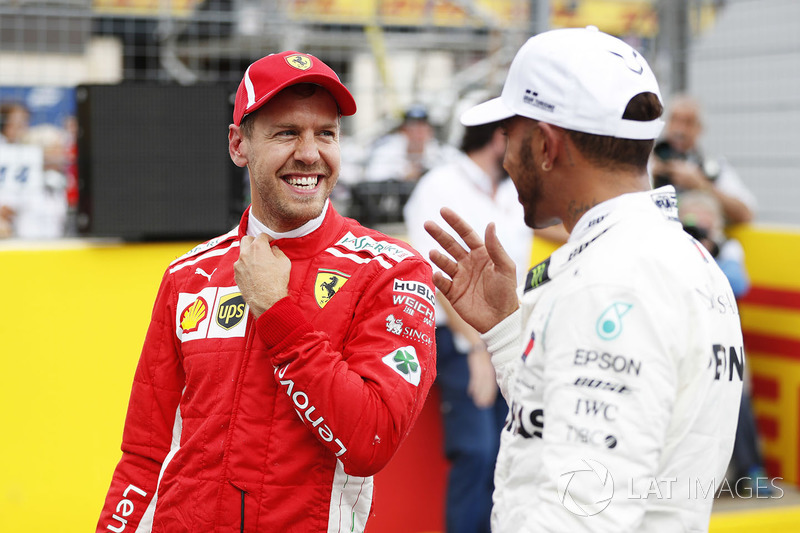 Il terzo qualificato Sebastian Vettel, Ferrari, e il poleman Lewis Hamilton, Mercedes AMG F1