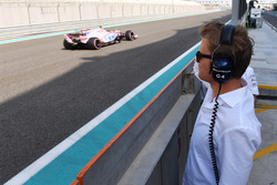 Nico Rosberg, ambassadeur Mercedes-Benz observe la voiture de Nikita Mazepin, Sahara Force India VJM10