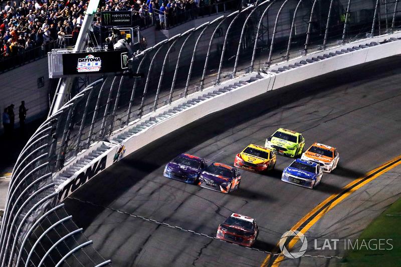 Austin Dillon, Richard Childress Racing Chevrolet Camaro melintasi garis finis