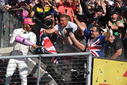 Race winner Lewis Hamilton, Mercedes AMG F1 celebrates on the podium with the champagne