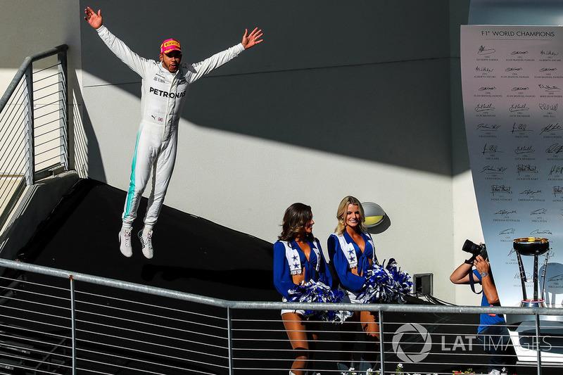 Race winner Lewis Hamilton, Mercedes AMG F1 celebrates on the podium with the grid girls