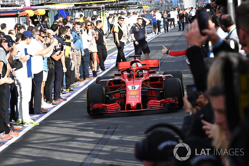 Le vainqueur Sebastian Vettel, Ferrari SF71H arrive dans le Parc Fermé