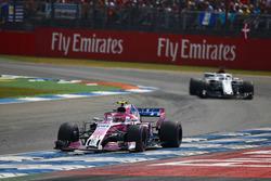 Esteban Ocon, Force India VJM11, por delante de Marcus Ericsson, Sauber C37