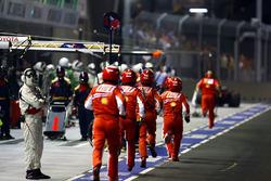 La pit crew Ferrari corre in aiuto di Felipe Massa, Ferrari F2008