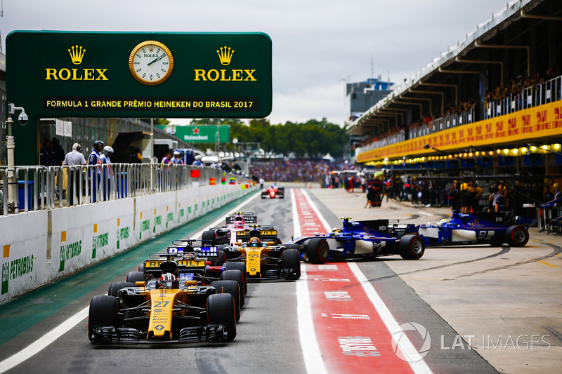 Nico Hulkenberg, Renault Sport F1 Team RS17, Brendon Hartley, Scuderia Toro Rosso STR12, Carlos Sainz Jr., Renault Sport F1 Team RS17, Pascal Wehrlein, Sauber C36, Marcus Ericsson, Sauber C36, eEsteban Ocon, Sahara Force India F1 VJM10, forman una fila en