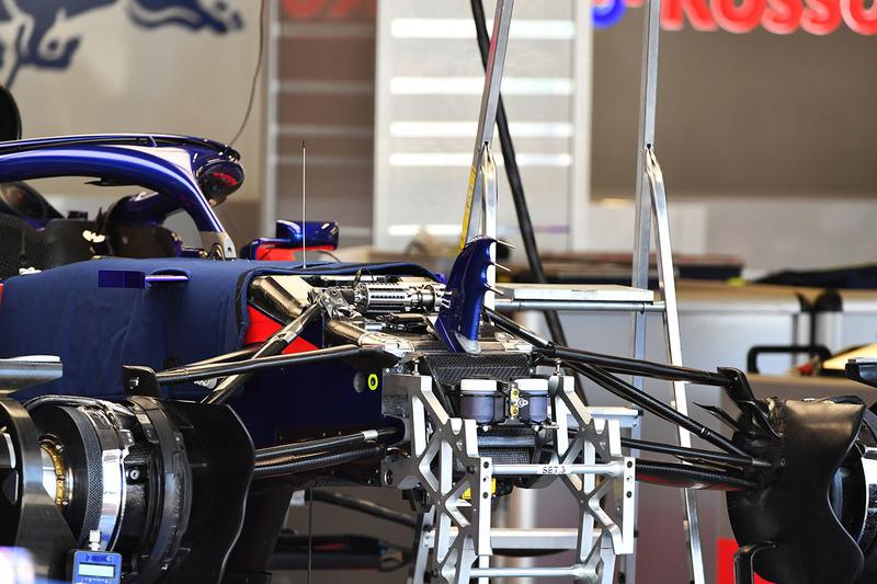 Scuderia Toro Rosso STR13 ön süspansiyon
