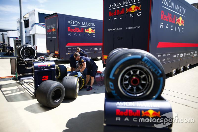 Ingegneri Red Bull con degli pneumatici Pirelli
