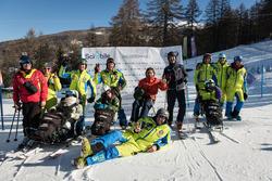 Alex Zanardi, il presidente e AD di BMW Italia, Sergio Solero e i partecipanti al progetto SciAbile di BMW