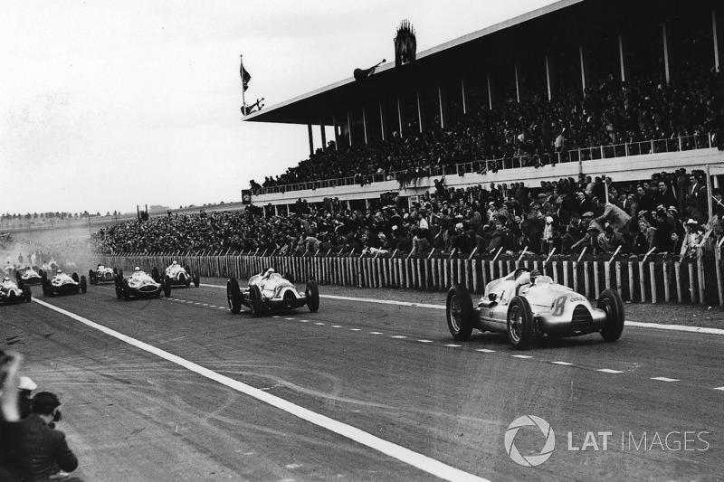 Таціо Нуволарі, Герман Мюллер, Auto Union D-type, лідирують на старті
