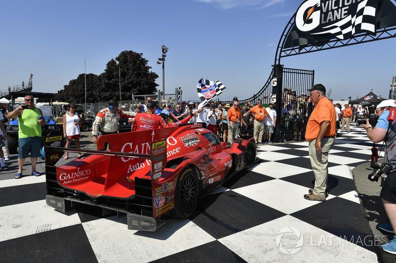 #99 JDC/Miller Motorsports ORECA 07, P: Stephen Simpson, Mikhail Goikhberg, Chris Miller guida verso la Victory Lane