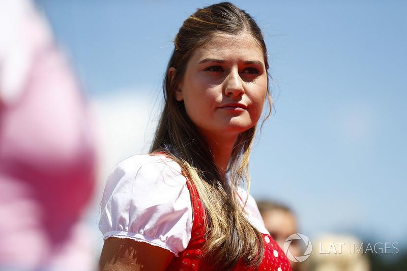 Chicas de la parrilla en traje nacional