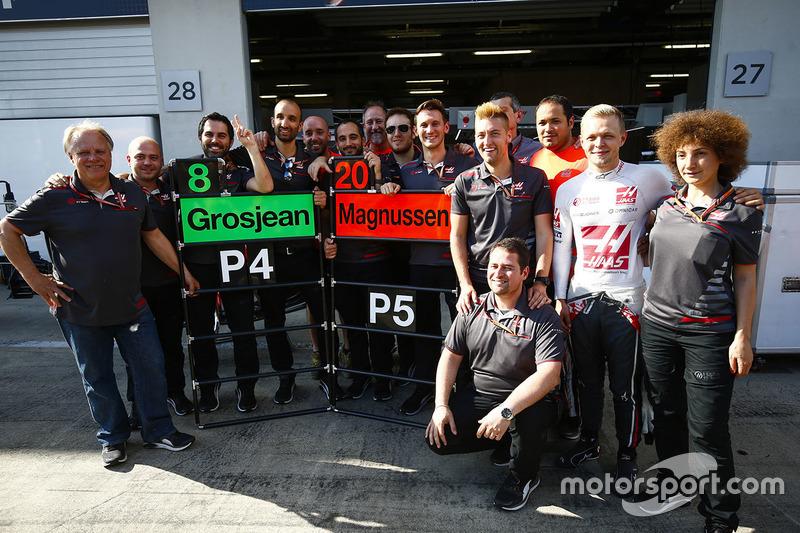 Gene Haas, propriétaire de Haas F1, fête le résultat avec ses employés dont Kevin Magnussen, Haas F1 Team