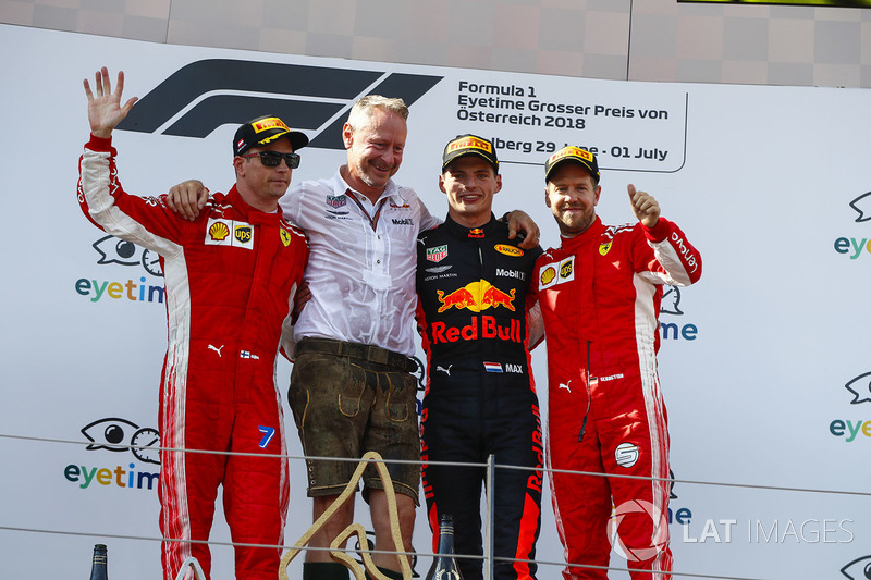 Kimi Raikkonen, Ferrari, deuxième, Jonathan Wheatley, manager de Red Bull Racing, Max Verstappen, Red Bull Racing, vainqueur, et Sebastian Vettel, Ferrari, troisième, sur le podium