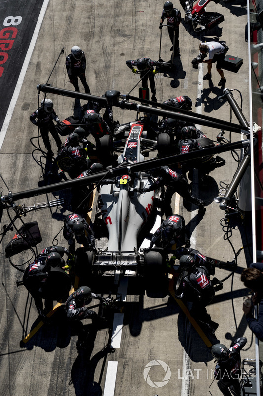 Kevin Magnussen, Haas F1 Team VF-18, effettua un pit stop