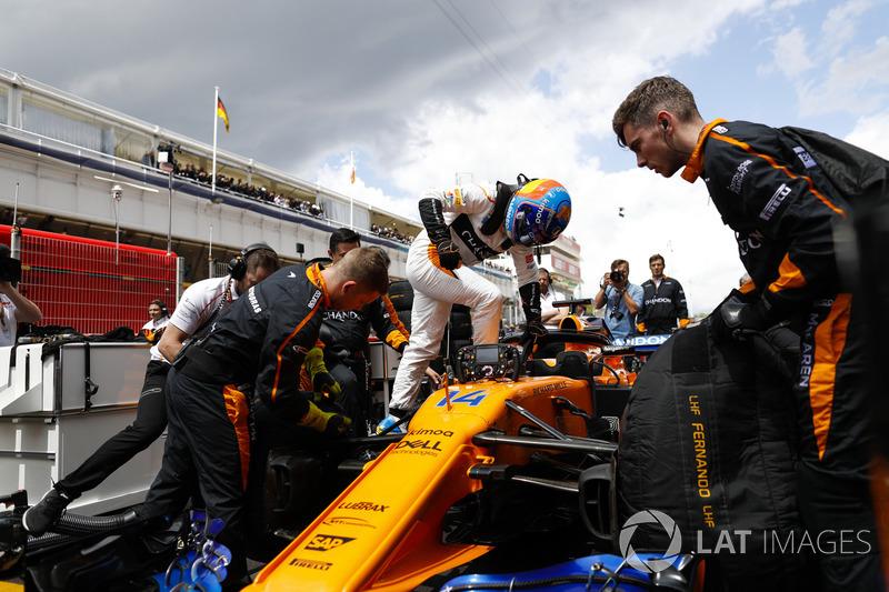 Fernando Alonso, McLaren, sube a su auto