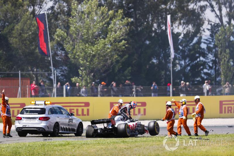 Romain Grosjean, Haas F1 Team VF-18, sale de su coche accidentado en la primera vuelta