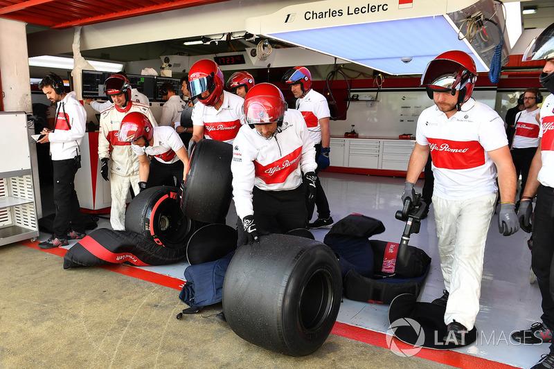 Mekanik Sauber mempersiapkan ban Pirelli