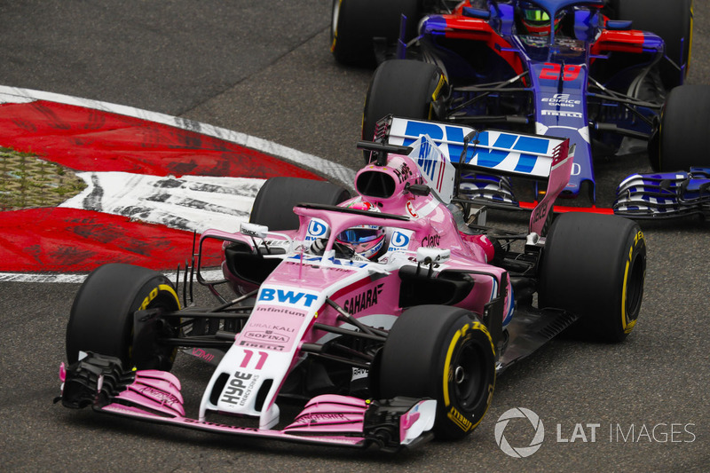 Sergio Perez, Force India VJM11, lidera a Brendon Hartley, Toro Rosso STR13 Honda