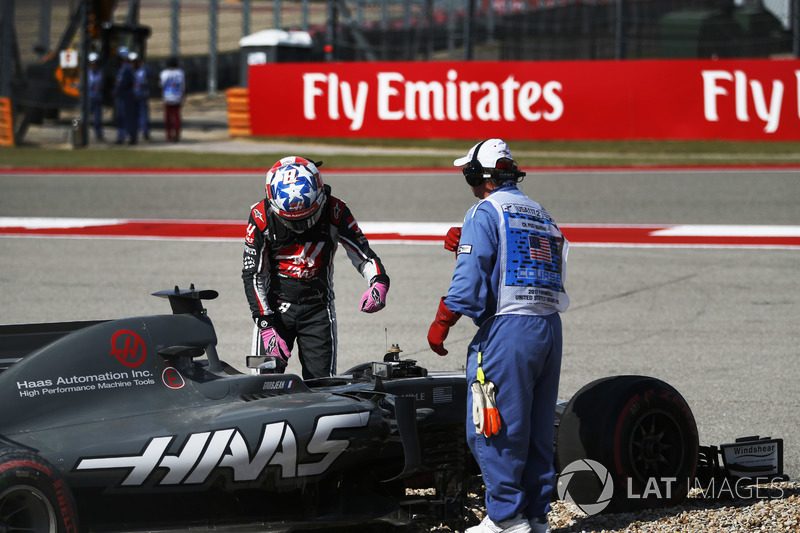 Romain Grosjean, Haas VF-17, sale del coche después de salir de la pista