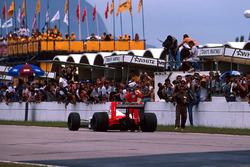 Il vincitore della gara Alain Prost, McLaren MP4/4 parcheggia la sua monoposto sul rettilineo di partenza/arrivo