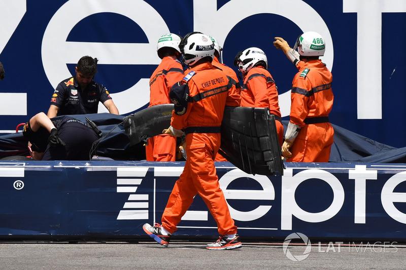 Les commissaires retirent la voiture endommagée de Max Verstappen, Red Bull Racing RB14