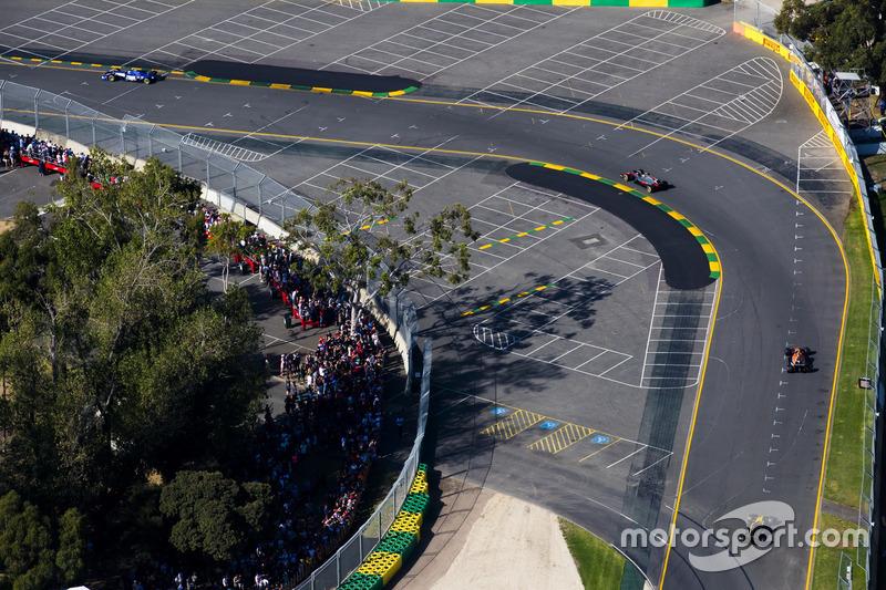 Kevin Magnussen, Haas F1 Team VF-17, leads Stoffel Vandoorne, McLaren MCL32, and Jolyon Palmer, Renault Sport F1 Team RS17