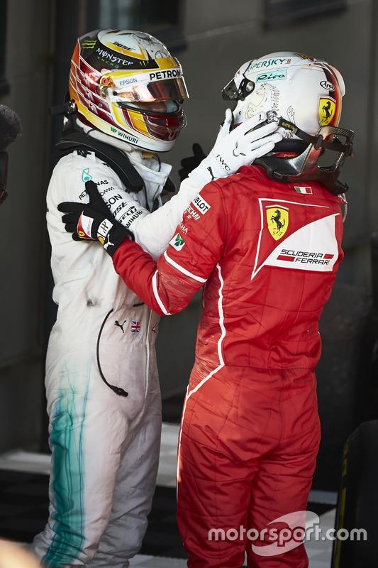 Себастьян Феттель, Ferrari, перше місце, та Льюїс Хемілтон, Mercedes AMG F1, друге місце, вітають один одного в закритому парку
