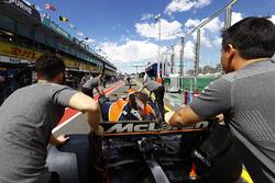 Механіки McLaren штовхають болід Ферннадо Алонсо, McLaren MCL32 до боксів
