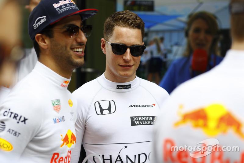 Daniel Ricciardo, Red Bull Racing, y Stoffel Vandoorne, McLaren