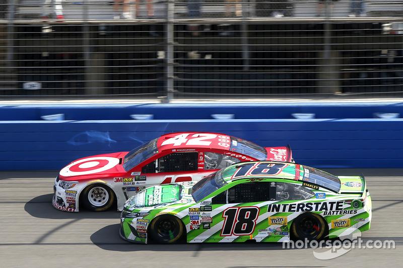 Kyle Larson, Chip Ganassi Racing, Chevrolet vor Kyle Busch, Joe Gibbs Racing, Toyota