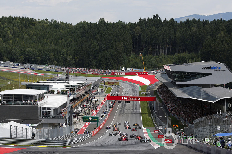 Valtteri Bottas, Mercedes AMG F1 W08, Sebastian Vettel, Ferrari SF70H, Kimi Raikkonen, Ferrari SF70H, the rest of the field at the start
