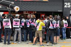 Fotógrafos delante del garaje de Ferrari esperando la salida de Sebastian Vettel