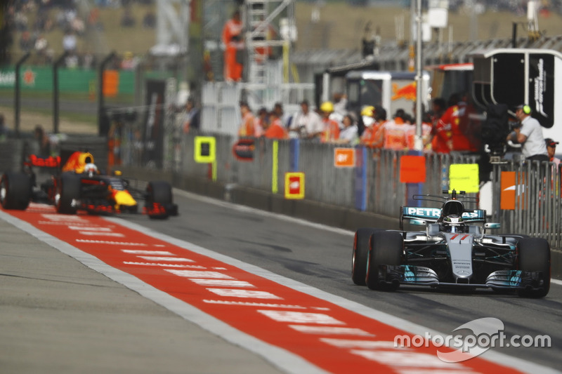 Valtteri Bottas, Mercedes AMG F1 W08; Daniel Ricciardo, Red Bull Racing RB13