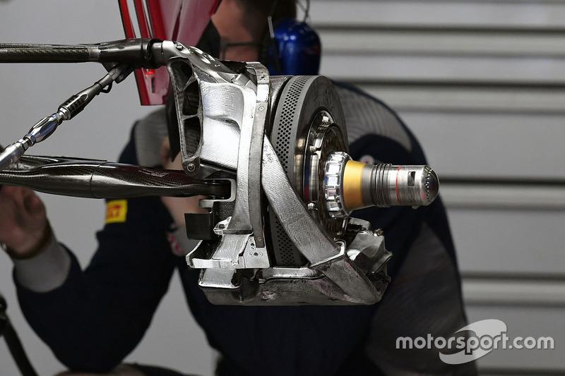 红牛二队STR12赛车后轮细节图