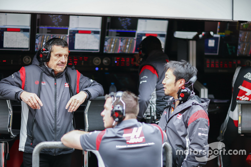 Guenther Steiner, Team Principal, Haas F1 Team, and Ayao Komatsu, Chief Race Engineer, Haas F1 Team