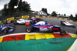 Carlos Sainz Jr., Scuderia Toro Rosso STR12, Felipe Massa, Williams FW40, Marcus Ericsson, Sauber C36, the remainder at the start
