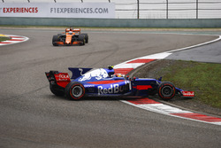 Carlos Sainz Jr., Scuderia Toro Rosso STR12, Dreher am Start; Fernando Alonso, McLaren MCL32