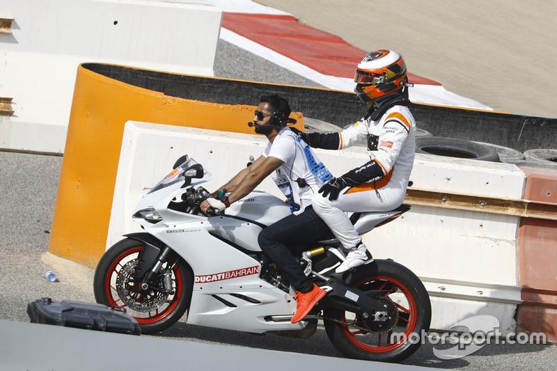 Stoffel Vandoorne, McLaren, rentre à moto