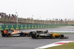 Нико Хюлькенберг, Renault Sport F1 Team RS17, впереди Стоффеля Вандорна, McLaren MCL32