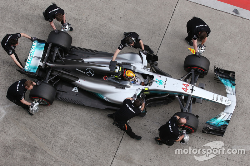 Lewis Hamilton, Mercedes AMG F1 W08, makes a stop during Qualifying