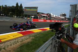 Carlos Sainz Jr., Scuderia Toro Rosso STR12 und Kameramann