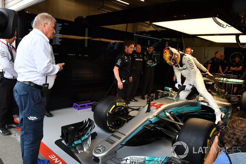 Jo Bauer, FIA Technical Delegate observa a Lewis Hamilton, Mercedes-Benz F1 W08 con el Halo