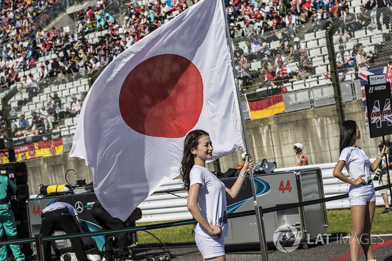 Grid girl con la bandiera del Giappone