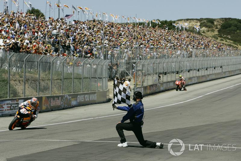 Nicky Hayden, Repsol Honda Team, passe le drapeau à damier