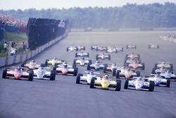 Старт: Рік Мірс (March 84C Cosworth) випереджає Маріо Андретті (Lola T800 Cosworth)