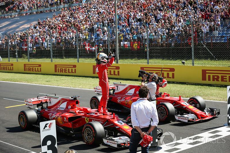 Володар поул-позиції Себастьян Феттель, Ferrari, друге місце Кімі Райкконен, Ferrari, святкують у  закритому парку