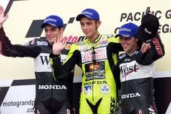 Podio: ganador de la carrera Valentino Rossi, segundo lugar Alex Barros y tercer lugar Loris Capirossi